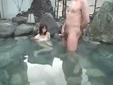 混浴露店風呂で入浴していた女の子に勃起チ○ポを見せ付けて・・・