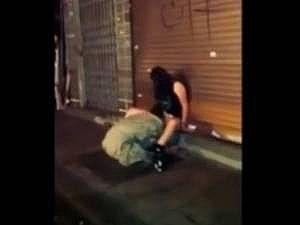 外国の街中で泥酔するとこうなる…路上で昏睡した女性が○○され次々と○○されまくってる個人撮影のヤバイやつ