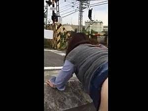電車からまる見えなんだけどwww 線路のわきで下半身を露出してバック挿入されてる人妻の個人撮影のリアルなスマホ動画