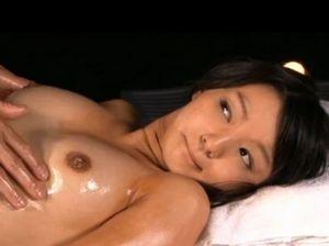 リゾート地で開放的にエロマッサージを受ける日焼けあとがエッチな素人美少女がエロすぎるわー!