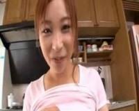母乳の出る美人妻の授乳手コキ