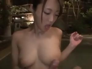 混浴に入ってくる男性客の他人棒を次々と受け入れる淫乱美乳なカワイイ人妻