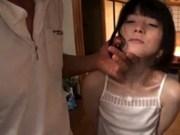 【無料H動画】ガリでちっぱいなとぅるとぅる娘がおもちゃでイカされる