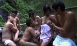 温泉で熟女の中出し乱交