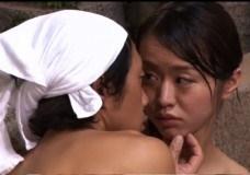 新山かえで出演のH無料H動画。新山かえで 混浴浴室Hot springでまんまとNTRる新婚ラブラブのボイン妻